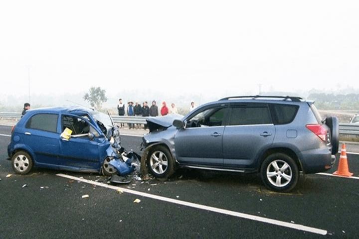 Ô tô bị nổ lốp là một trong những nguyên nhân gây tai nạn