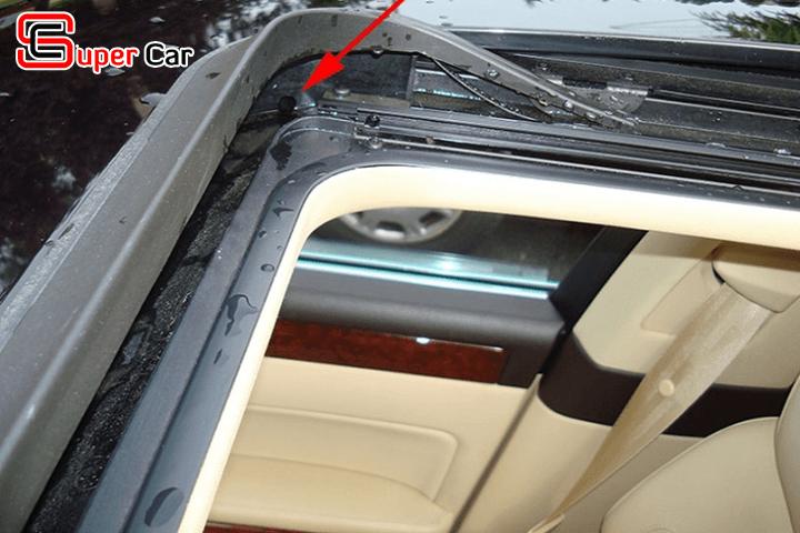 Những bất cập của xe có cửa sổ trời