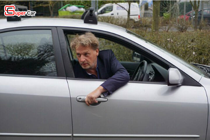 Cách mở cửa xe ô tô an toàn 3